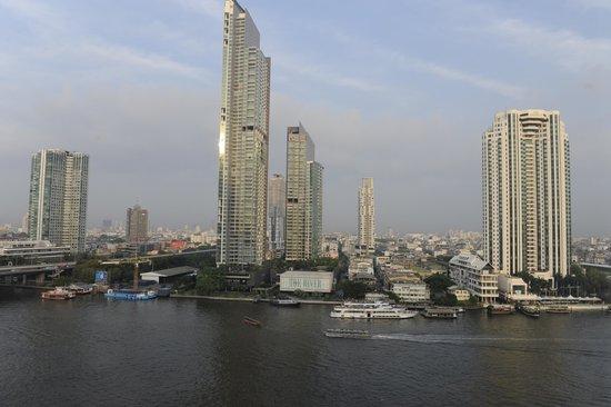 Shangri-La Hotel,Bangkok: Vista de la habitaciòn nocturna, a la pileta y río.  Hermoso!