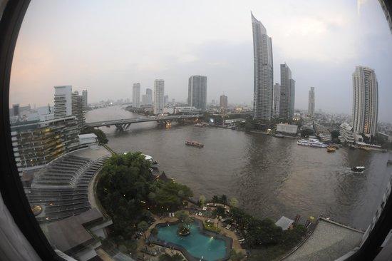 Shangri-La Hotel,Bangkok : Vista del hotel y piscina