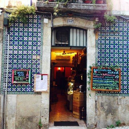 Alfaia Garrafeira: Ambiente acolhedor no charmoso Bairro Alto/Lisboa