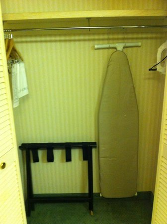 Mirabeau Park Hotel: Closet with broken luggage rack