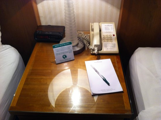 Mirabeau Park Hotel: Bedside table