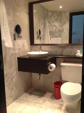 Hyatt Regency Toronto: Marble all over...