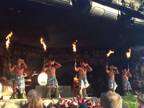 Drums of the Pacific Lu'au : fun show!