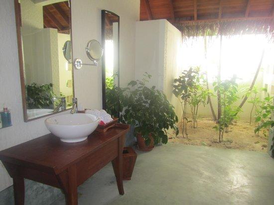 Anantara VeliMaldivesResort: amazing outdoors bathrooms