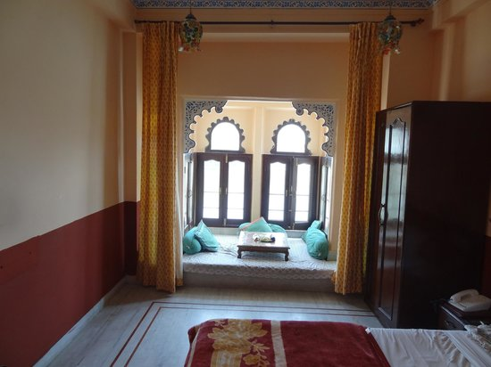 Hotel Thamla Haveli: room with jharokha