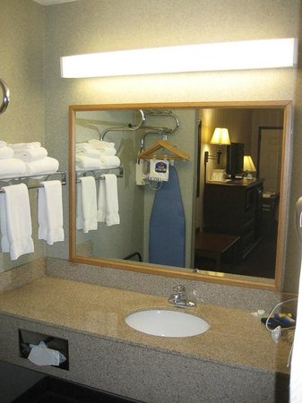 BEST WESTERN Center Pointe Inn : Plenty of space & towels in the vanity area