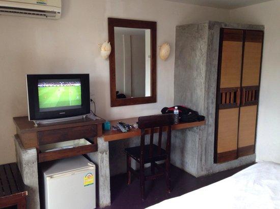 PP Insula : What we needed. AC, fridge, tv, closet, safety box (inside the closet), mirror, natural light (c