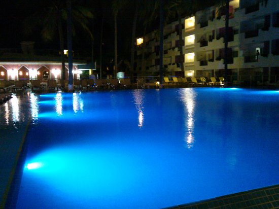 Crown Paradise Golden Resort Puerto Vallarta: Piscina en la noche