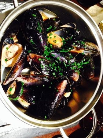 Glen Mhor Hotel & Apartments: Wednesday night-mussels and wine for 2