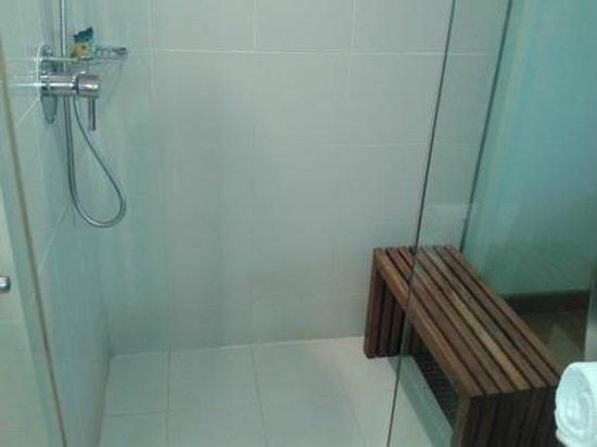 Park Plaza Sukhumvit Bangkok: Bench in the shower