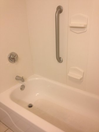 Hampton Inn Metairie : bathtub