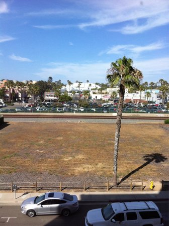 Wyndham Oceanside Pier Resort: rooms with a city view of the Amtrak