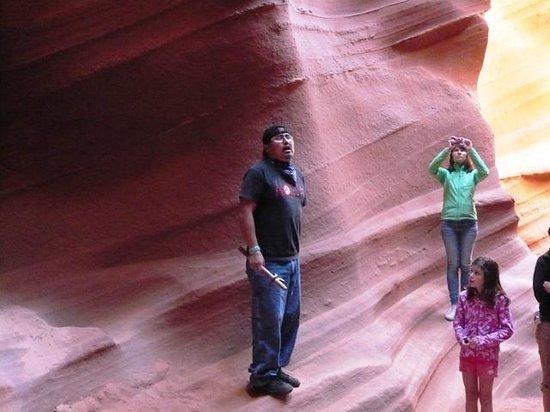 Lower Antelope Canyon: ここで聴くたて笛の演奏は幻想的。