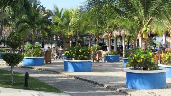 Hotel Playa Blanca Beach Resort: Zona aledaña al salón de los shows.