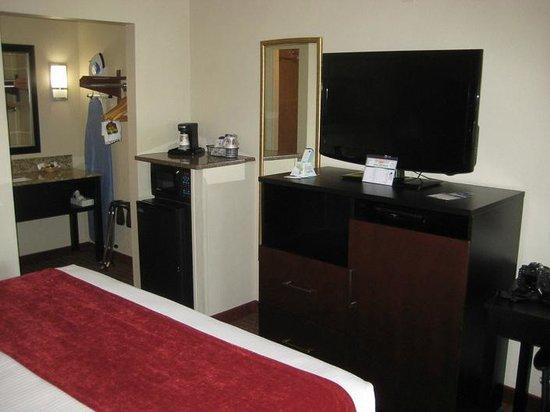 Best Western Truman Inn: 'fridge & microwave next to the furniture designed to house a 'fridge & microwave. (??)