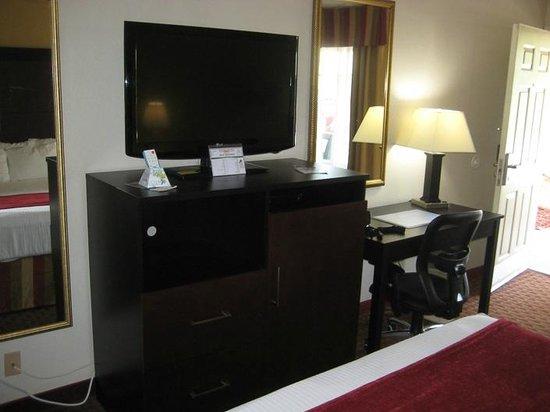 BEST WESTERN Truman Inn: TV & desk area - Wi-Fi worked well