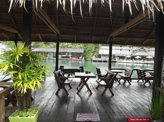 Baan Rim Nam: Терраса