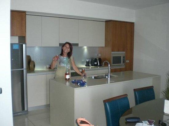 Wyndham Surfers Paradise: 1702 Guest enjoying the kitchen + wine