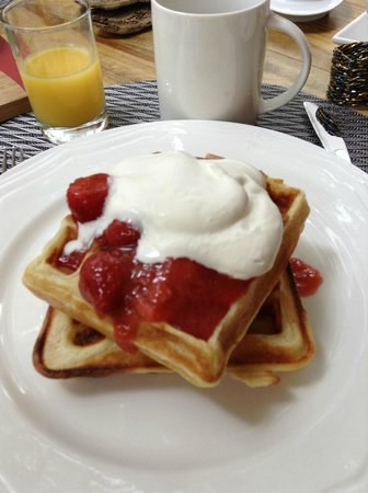 Hedgerow House Bed & Breakfast: delicious waffle with rhubarb comport