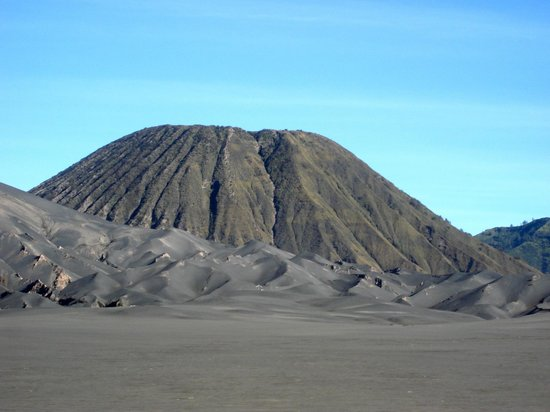 Mount Bromo: Mt Batok, in the foreground the slope to Bromo