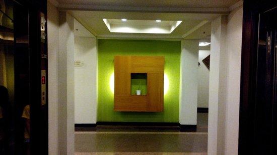 Canyon Cove Beach Club: wall decor between elevators