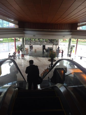 Gran Melia Jakarta: Ground floor entrance and raised lobby