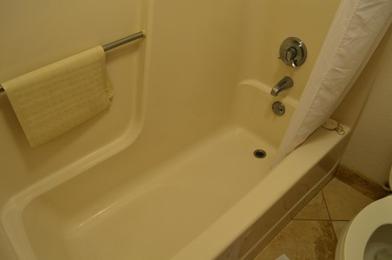 SureStay Plus Hotel Omaha South: Dirt Ring Around Tub Not Cleaned by House Keeping