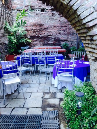 Gordion Hotel: Breakfast at Garden by the Ruins