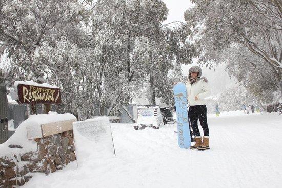 Feathertop Alpine Lodge: View to ski in ski out passage