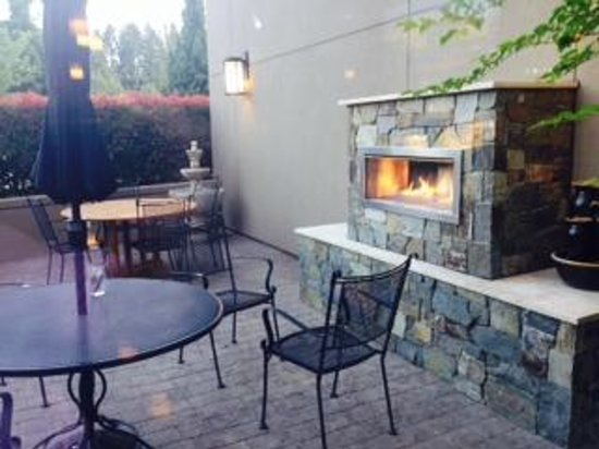 Silver Cloud Hotel Bellevue - Eastgate : outdoor patio at restaurant