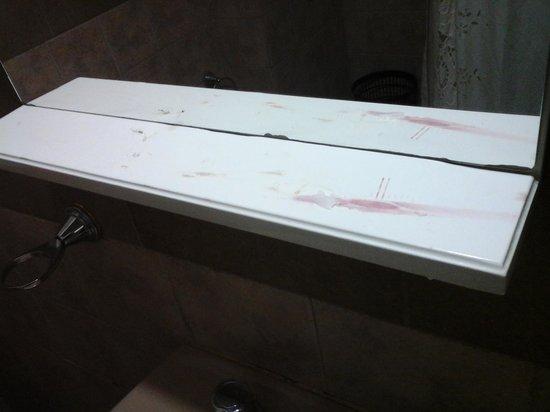 Hotel Crillon: limpieza del bano. .