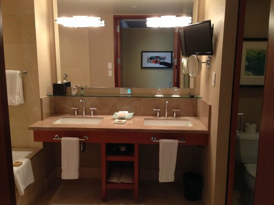 Four Seasons Hotel Silicon Valley at East Palo Alto: Two sinks.. 'nuff said.