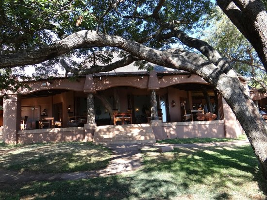 Sanctuary Chobe Chilwero : The main dining area