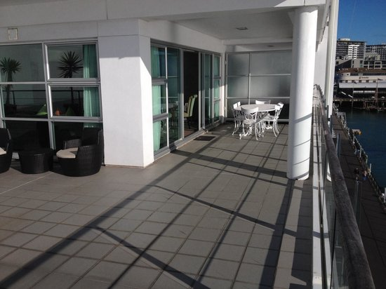 Auckland Waterfront Serviced Apartments : Expansive decking