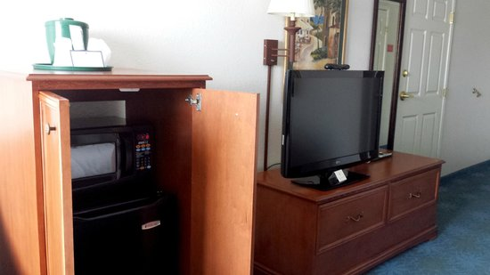 La Quinta Inn & Suites Rapid City : Micro, Fridge and large flat screen TV with nice channel selection