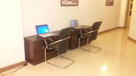 Hotel Hong Kong Inn: Laptops in lobby area