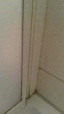 Land-gut-Hotel Hermann: Dirty corners in the bathroom 2