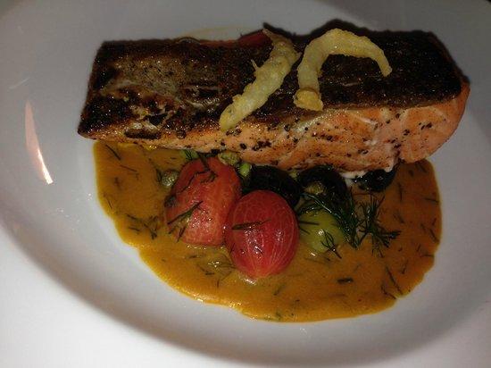 Vertigo Grill and Moon Bar: 主菜煎鮭魚
