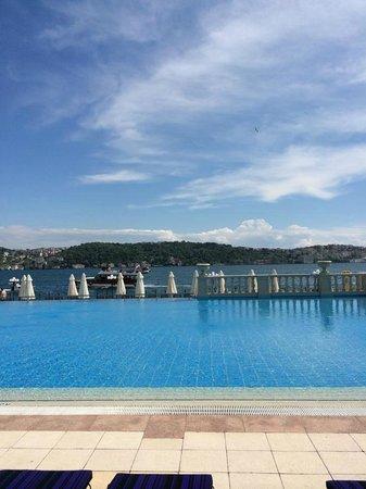 Ciragan Palace Kempinski Istanbul: Piscine extérieure