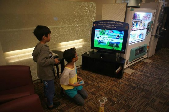 Dotonbori Hotel: My niece enjoying playing games at the lobby area