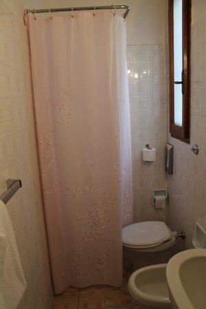 Hotel Boston: doccia con wc..incorporato