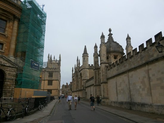 University of Oxford: Полон традиций