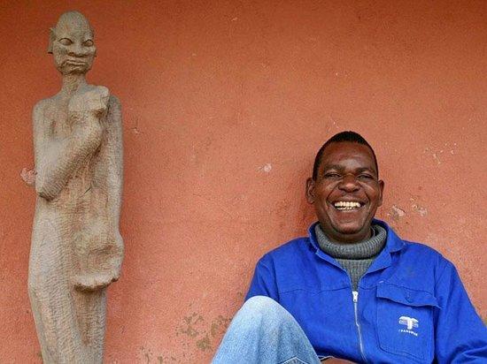 Madi a Thavha Mountain Lodge: CraftArt Tour - Woodcarving Thomas Kubayi