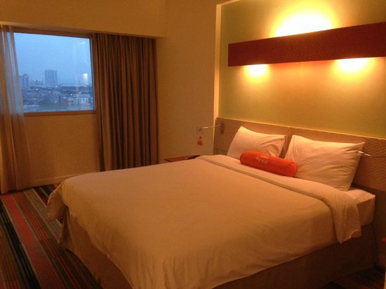 HARRIS Hotel & Conventions Kelapa Gading Jakarta : bed and view outside