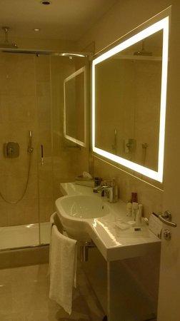 UNA Hotel Century: Badkamer met grote douche