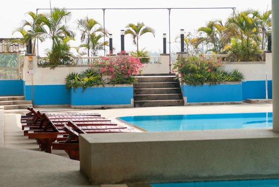 Loei Palace Hotel: Nice swimmingpool, but some stairs