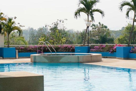 Loei Palace Hotel : Nice swimmingpool, but some stairs
