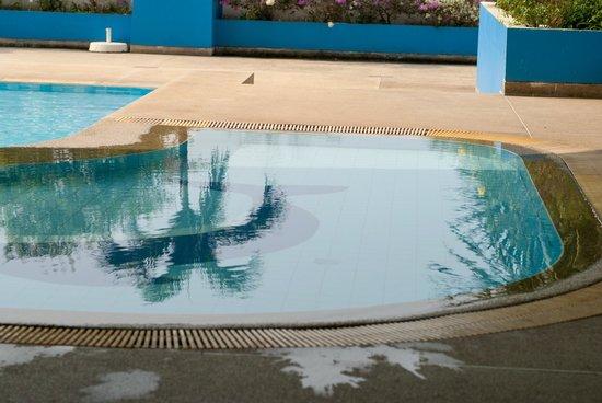 Loei Palace Hotel : Nice swimmingpool, but som stairs