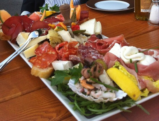Pizzeria Dal Nastro: The massive Antipasti plate