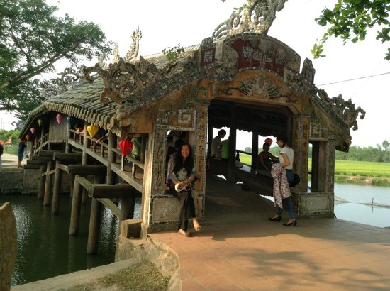 HueNino Hotel: 17 th century bridge, around Hue